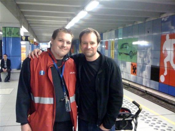 Un fan et David Hewlett dans le métro de Bruxelles